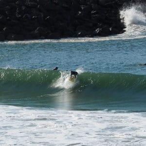 Clement de Nami House surfe au spot de la Barre a Anglet et se leve de la planche