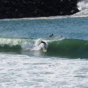 Clément de Nami House surfe au spot de la Barre a Anglet debout dans la vague