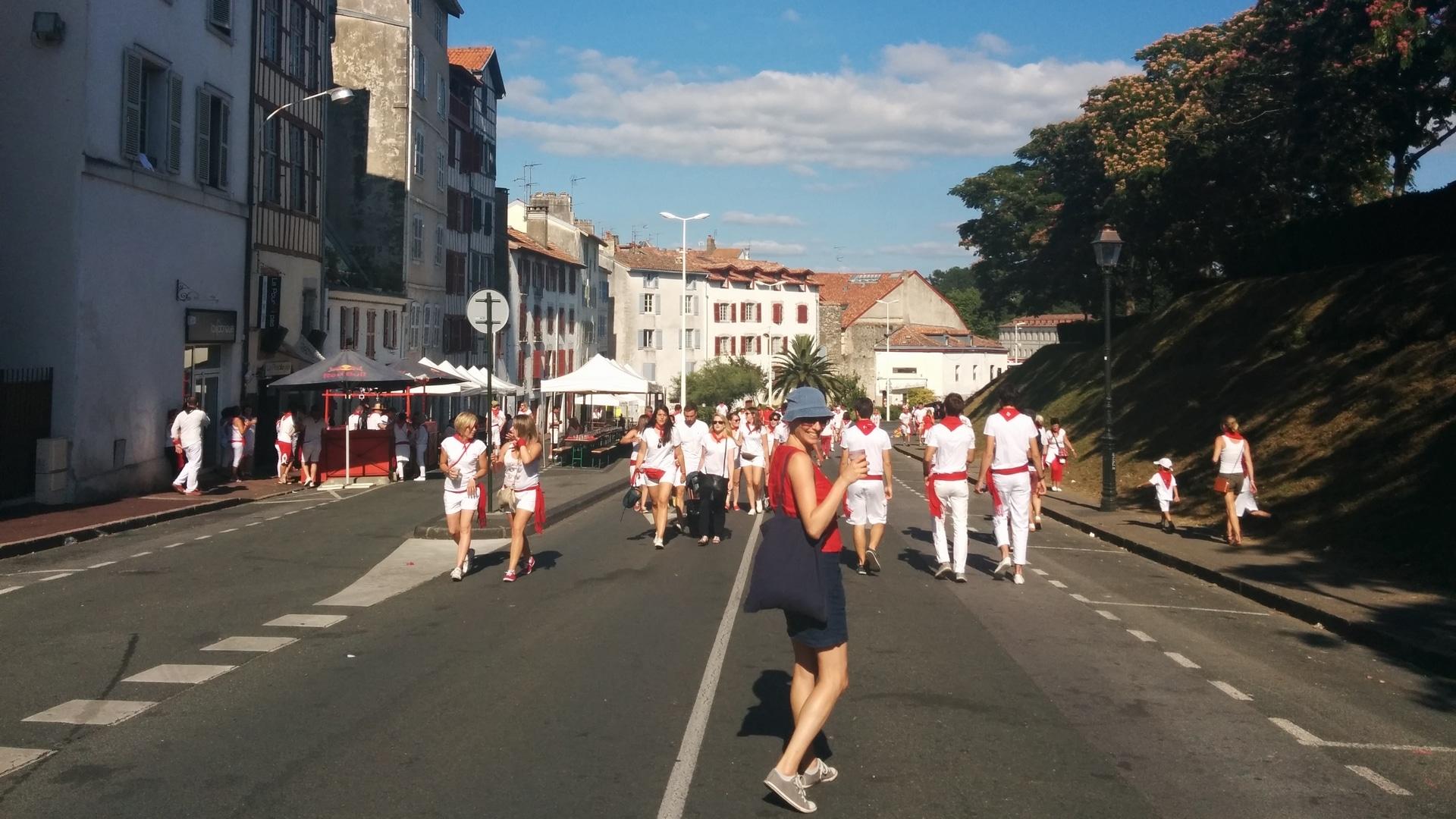Le concours du lancer d'espadrilles : une histoire basque