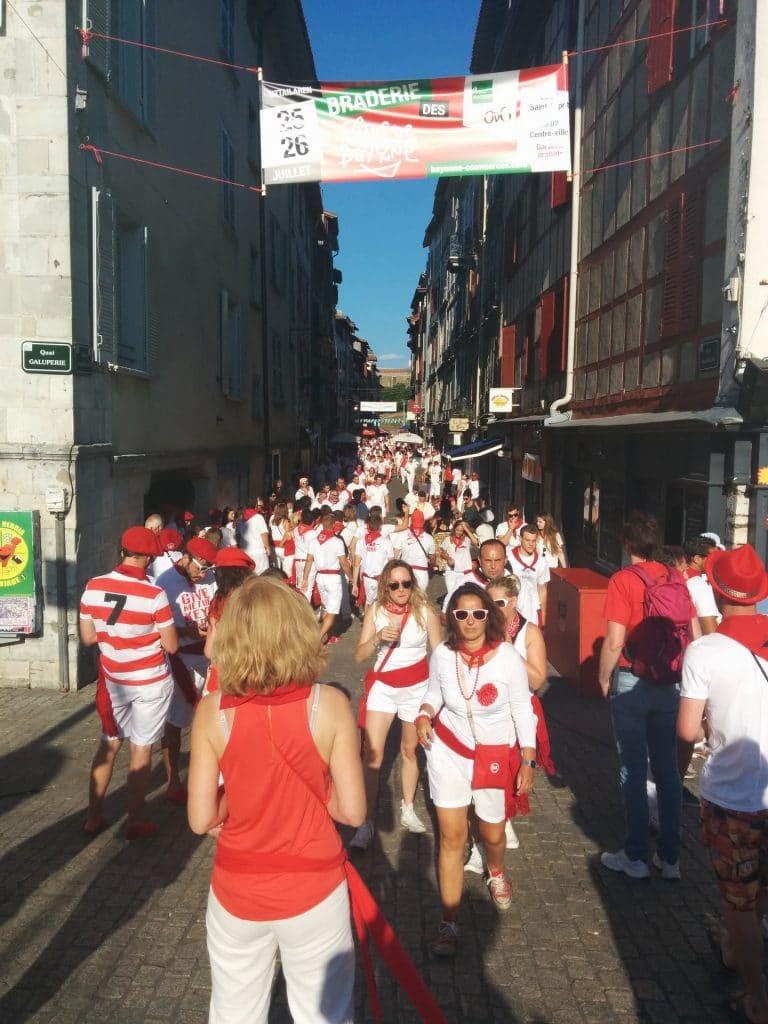Festivaliers en rouge et blanc dans la rue aux fetes de Bayonne