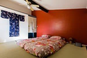 """chambre japonaise """"amami"""": tatamis, futons avec couettes aux motifs japonisants, kimono, noren"""