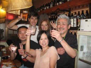 Fanny et Clément trinquent avec des japonais dans un bar à Miyazaki, Japon