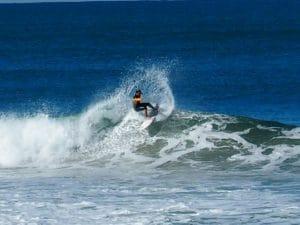 Paschal d'Anglet Surf Spirit surfe sur la plage du VVF à Anglet