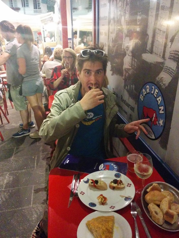 Clement de Nami House mange des tapas au bar Jean aux Halles de Biarritz