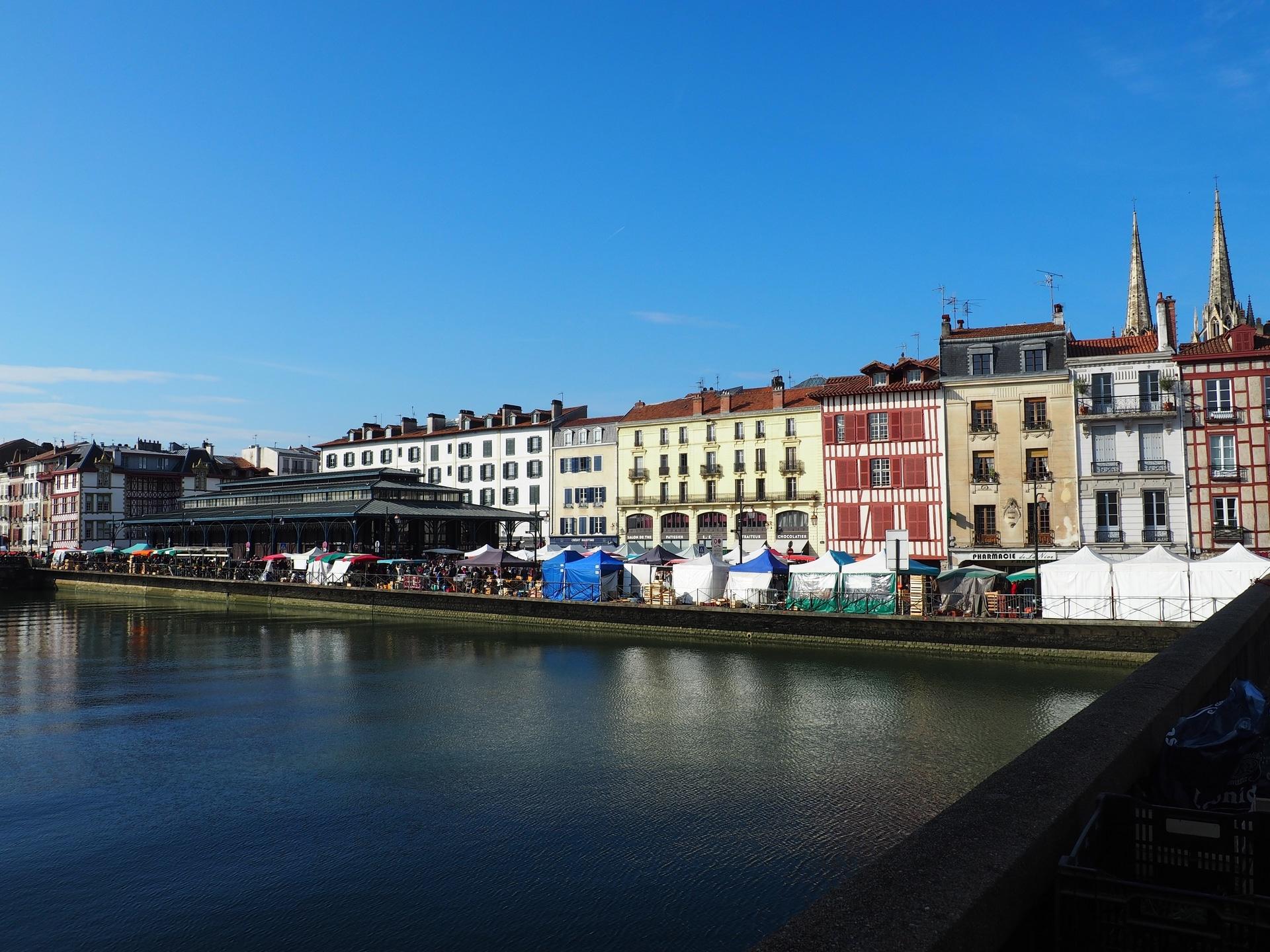 Vue sur Bayonne et son marché sur les bords de la Nive