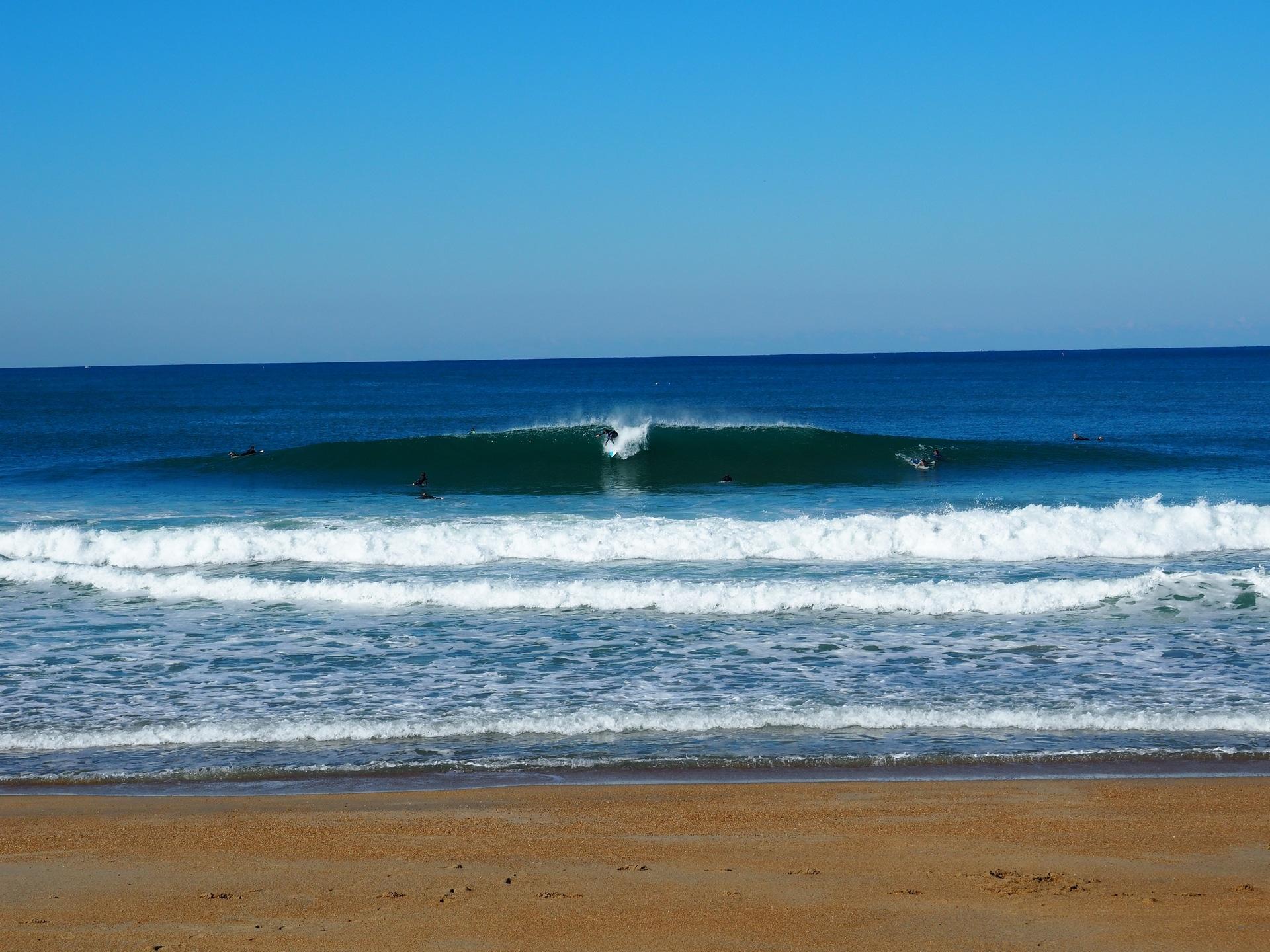 Surfeur qui prend une belle vague sur la plage du VVF à Anglet