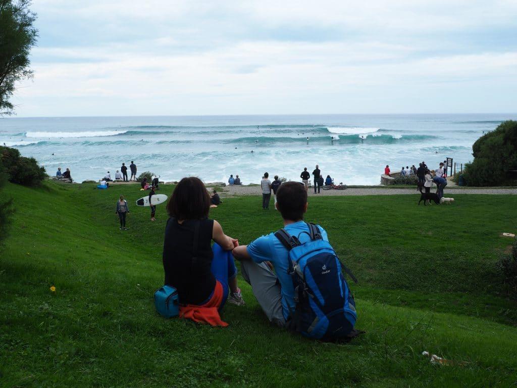 Fanny et Clément de Namihouse regardent les surfeurs sur le spot de surf de Cenitz à Guéthary