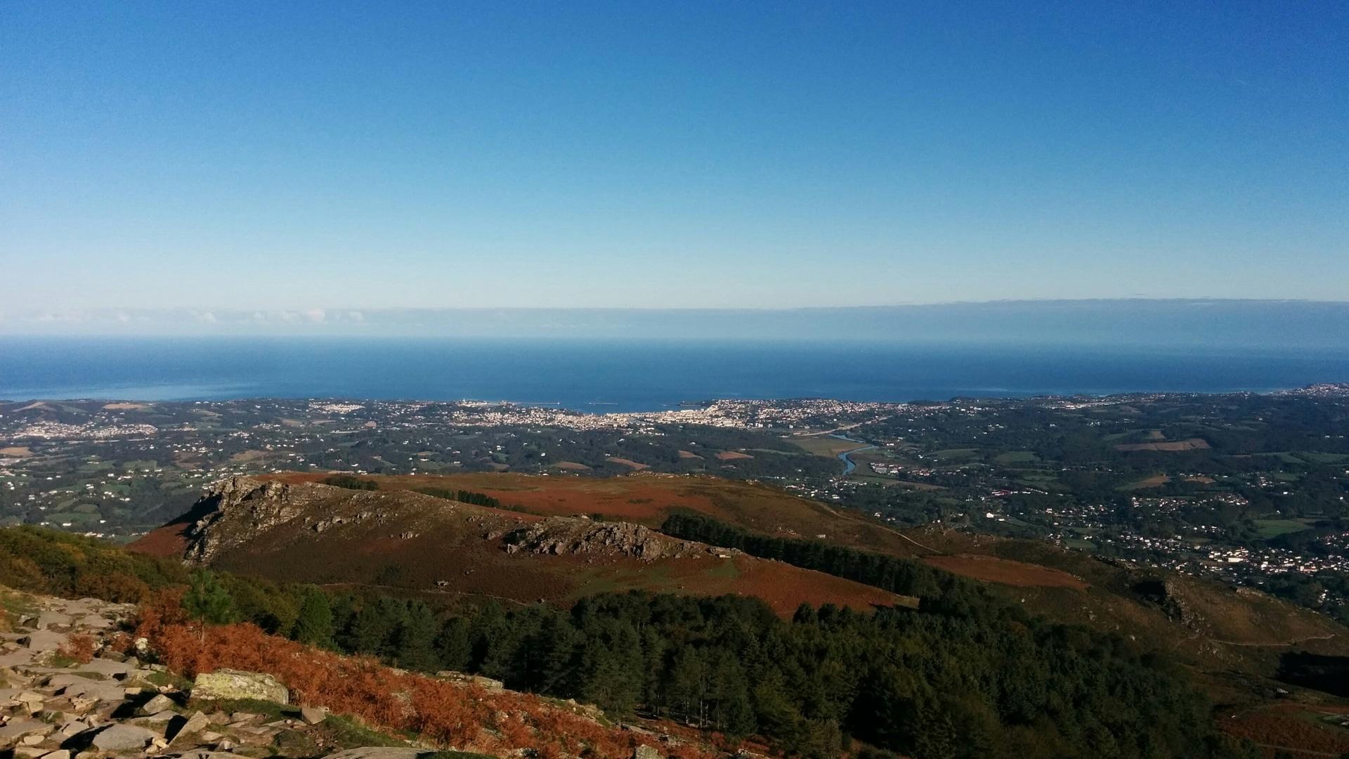 Vue panoramique sur la côte basque depuis la Rhune