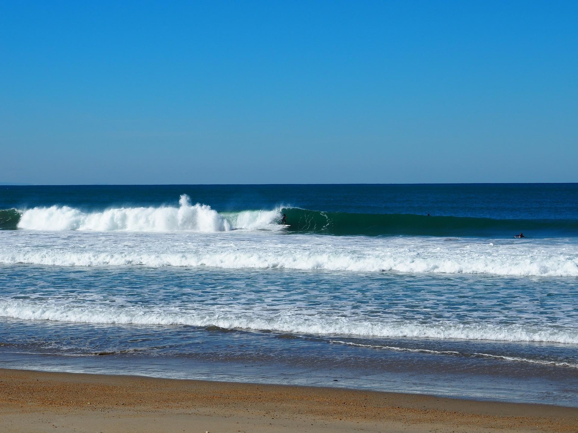 Surfeur dans un rouleau sur la plage du VVF à Anglet