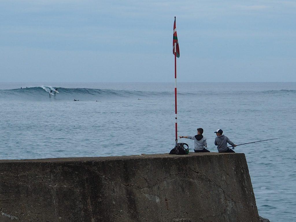 Pecheurs a la ligne devant le spot de surf de Parlementia a Guethary