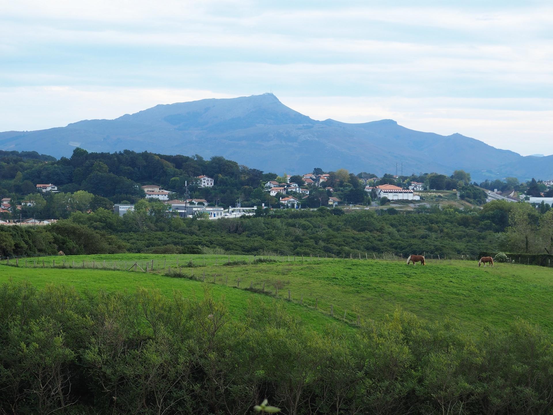 Vue sur le massif de la Rhune depuis le sentier du littoral