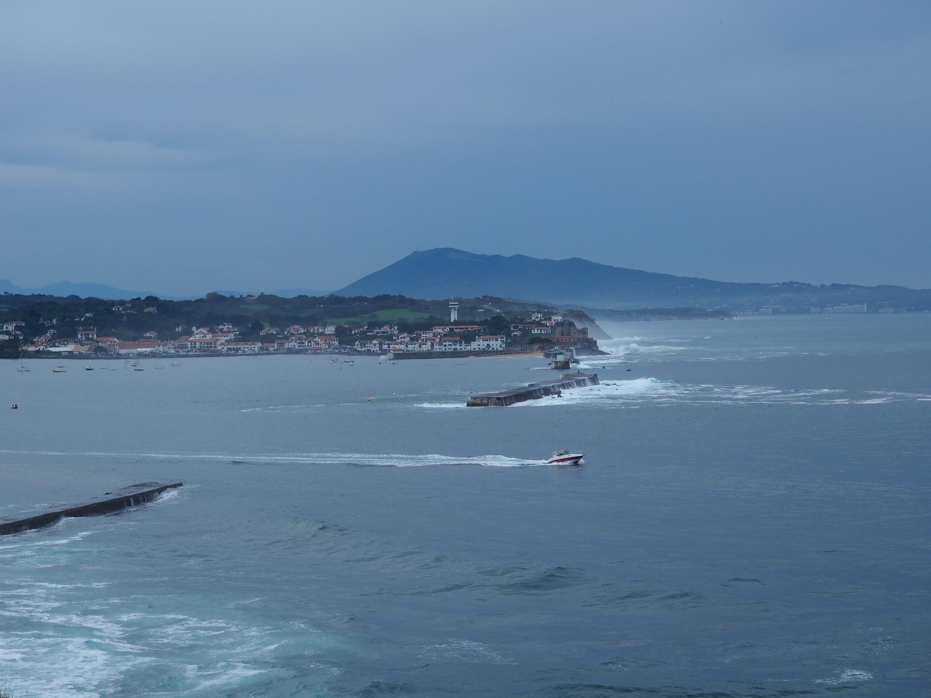 Vue sur la baie de Saint-Jean-de-Luz depuis le sentier du littoral