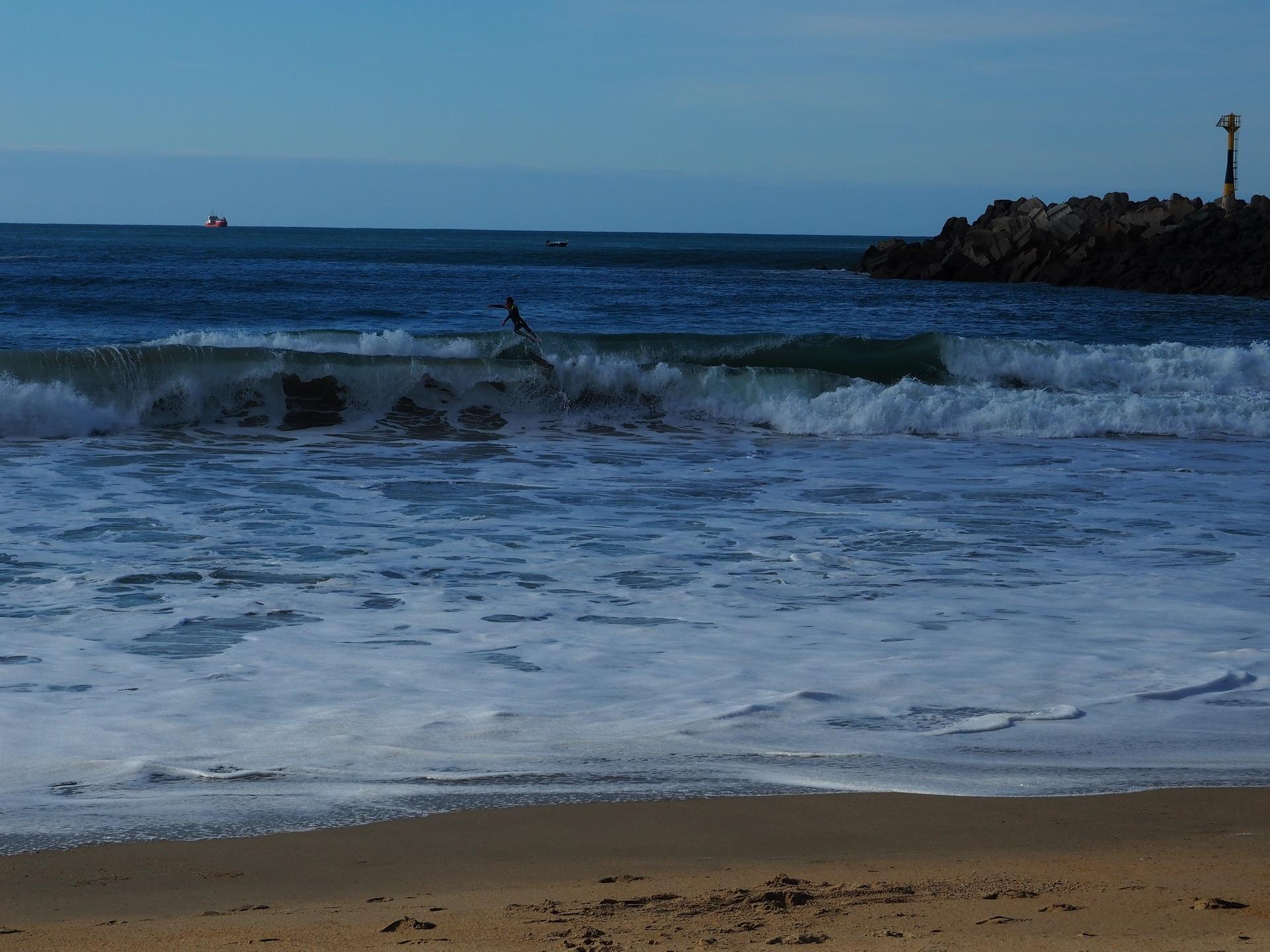 Surfeur qui s'envole de sa planche sur le spot des Cavaliers à Anglet