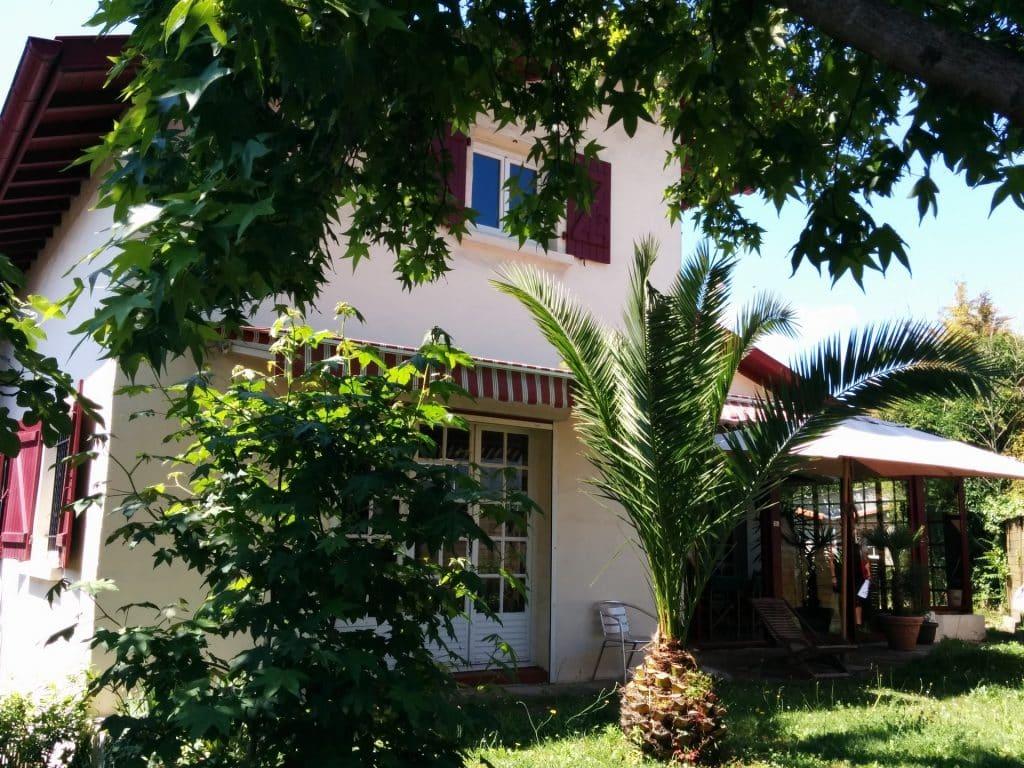 Vue sur la maison Nami house depuis le jardin a l'arriere