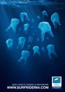 affiche surfrider foundation : sacs plastiques flottants dans l'ocean a l'instar des meduses