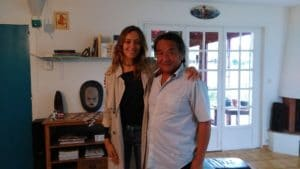 la championne francaise de longboard justine mauvin pose avec le peintre japonais mayumi tsubokura dans le salon hawaien de namihouse
