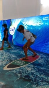 virtual surf experience at Cite de l ocean, Biarritz: homme sur une planche de surf avec un casque 4D