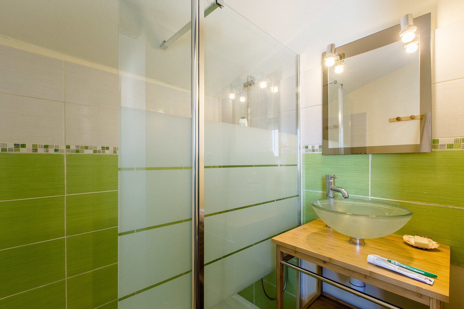 nami-house-anglet-green-shared-bathroom-shower-bamboo