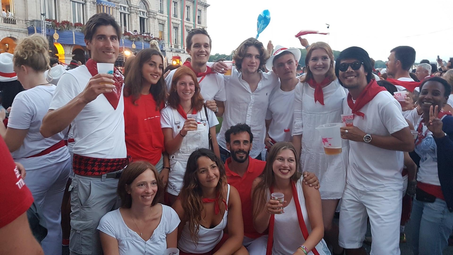 Foule en rouge et blanc aux fêtes de Bayonne pour le lâcher de vachettes