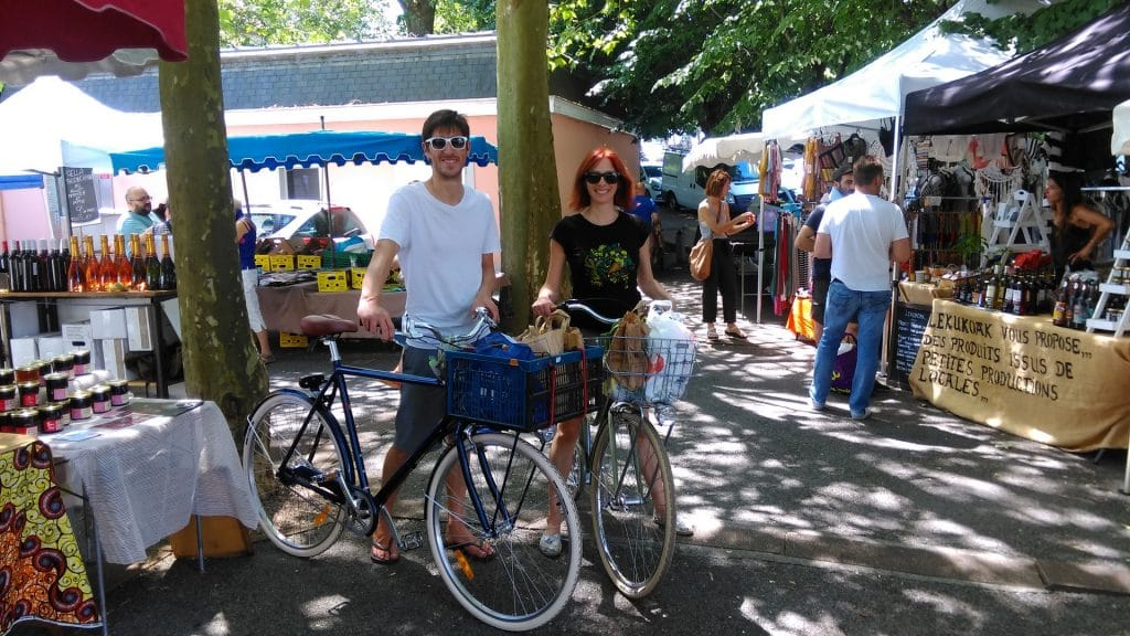 Fanny et Clement avec leurs vélos au marché d'anglet